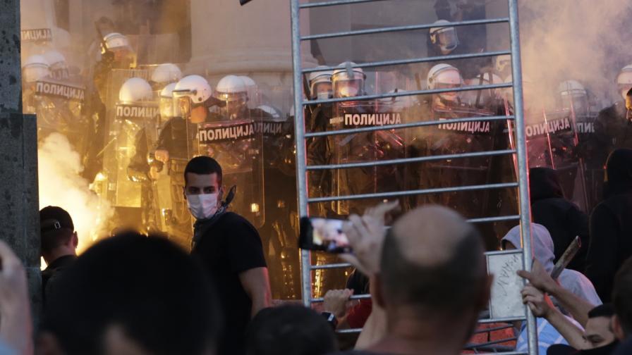 <p>Тази нощ в Белград: Който не скача е Вучич</p>