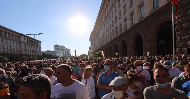 България Два протеста на метри един от друг - в
