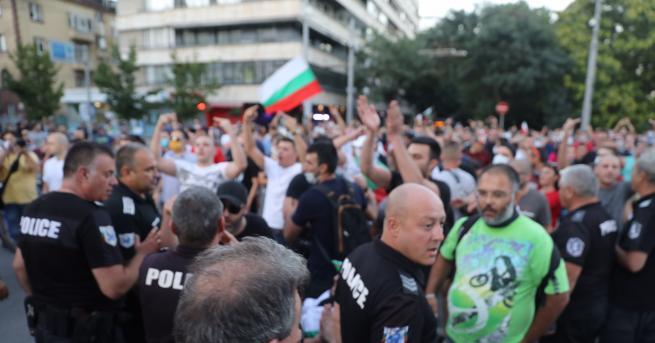 България Два протеста на метри един от друг, сблъсъци, арестувани