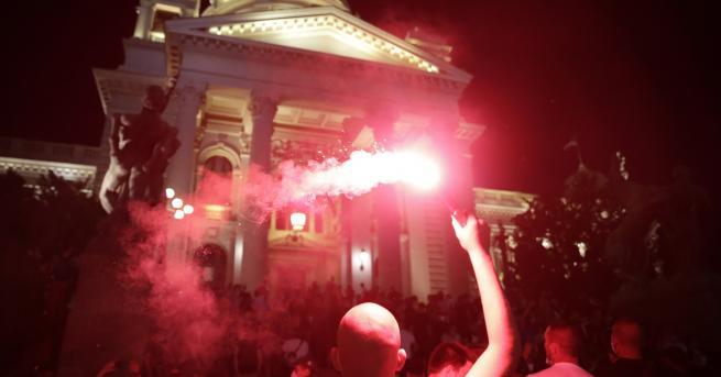 Свят В Сърбия протестиращи щурмуваха парламента Снощният изблик на насилие