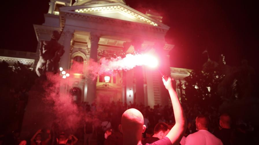 <p>В Сърбия протестиращи щурмуваха парламента</p>