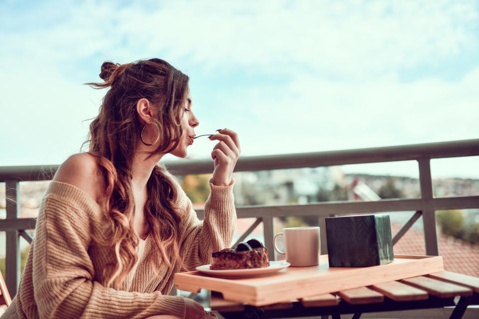 жена тераса балкон почивка релакс храна торта десерт сладко храна