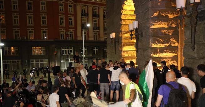 България Протестът ескалира - разбиха входа на бившия Партиен дом