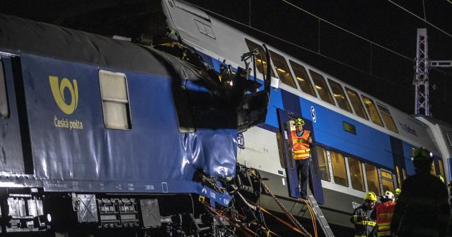 Свят Пътнически и товарен влак се сблъскаха в Чехия Десетки