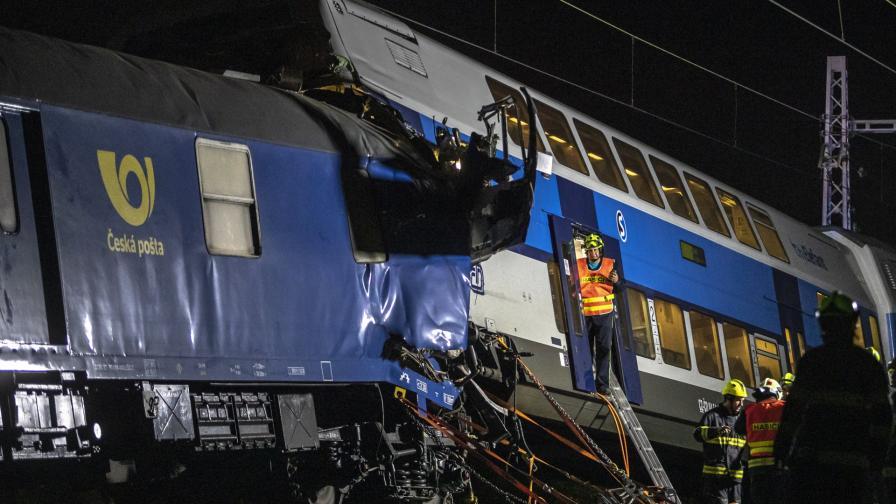 Жертва и десетки ранени при сблъсък между влакове в Чехия