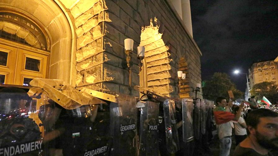 <p>Полицаите, разследвани за насилие над протестиращи, са отстранени</p>