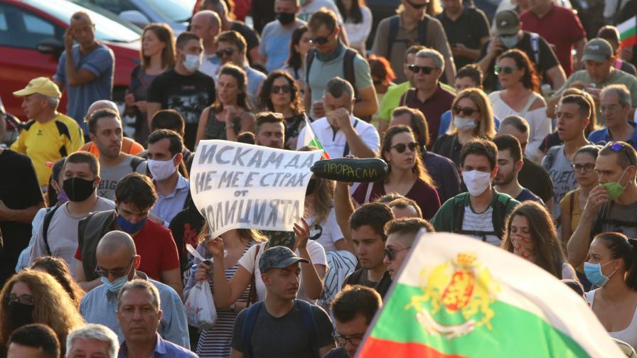 Протестът посрещна с овации новината за поисканите от премиера оставки
