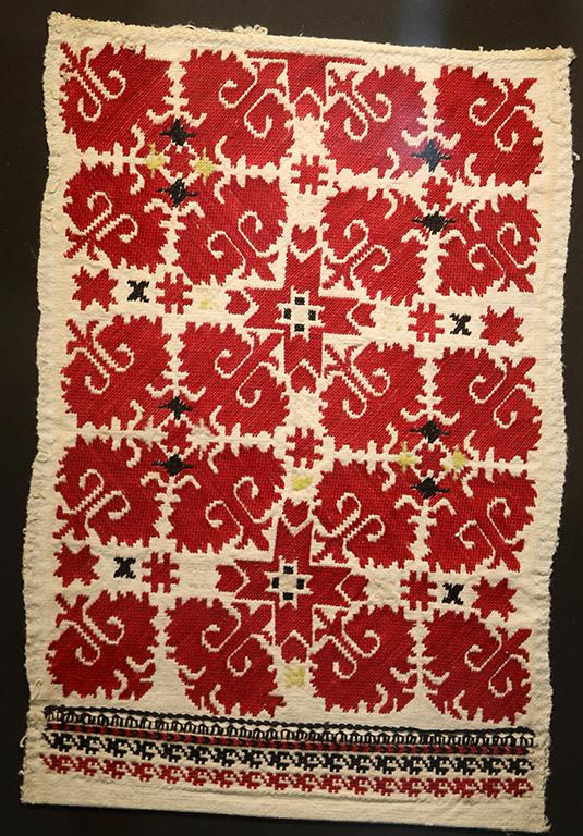 <p>Везбата на този ръкав е популярна в село Малашевци и е везана около 1914 година. Смесата е плътна в три реда и наподобява плодник на лале. Полегатият кръст е силно стилизиран, а бялото поле образува нов кръст.</p>