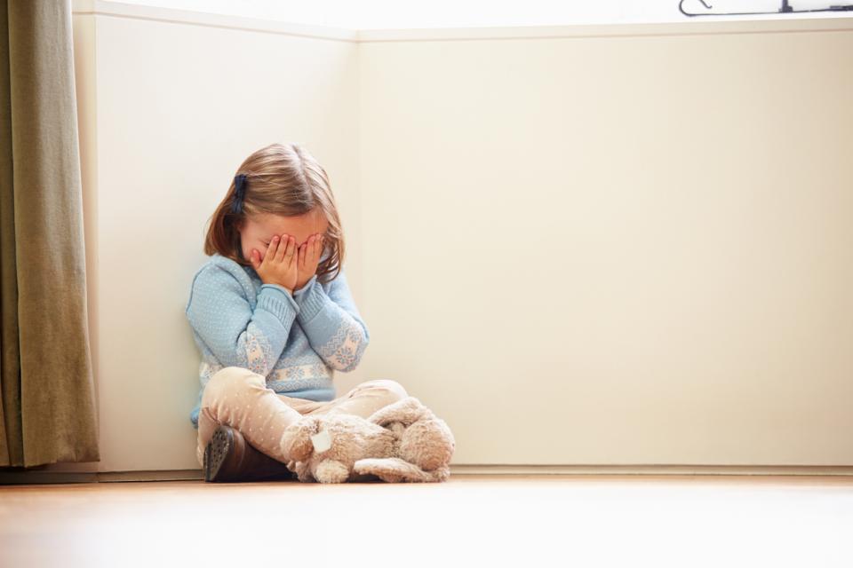 дете играчка момиче насилие тъга плач рев