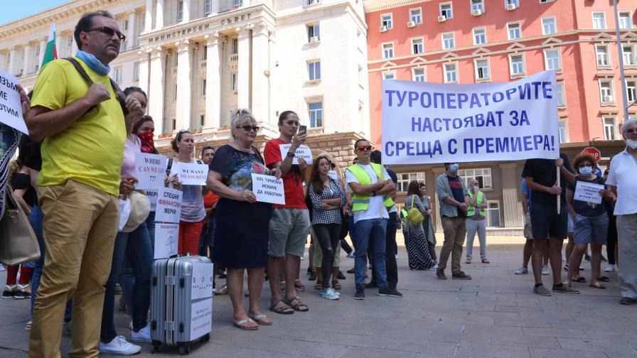 <p>Туроператори на протест: Браншът ни загива</p>