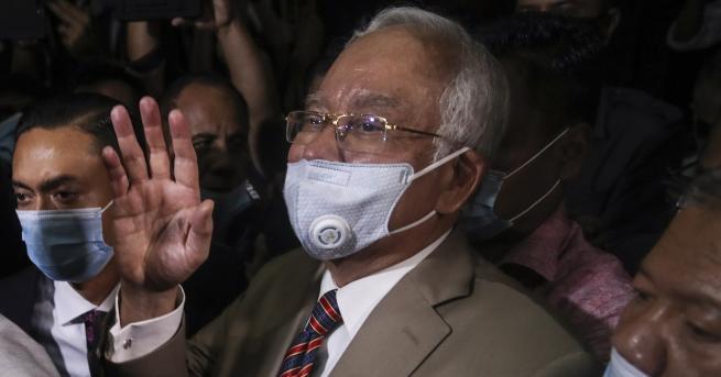 Свят Осъдиха бившият премиер на Малайзия на 12 г. затвор