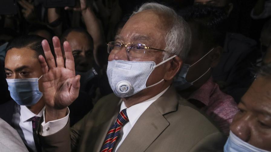 Осъдиха бившият премиер на Малайзия на 12 г. затвор