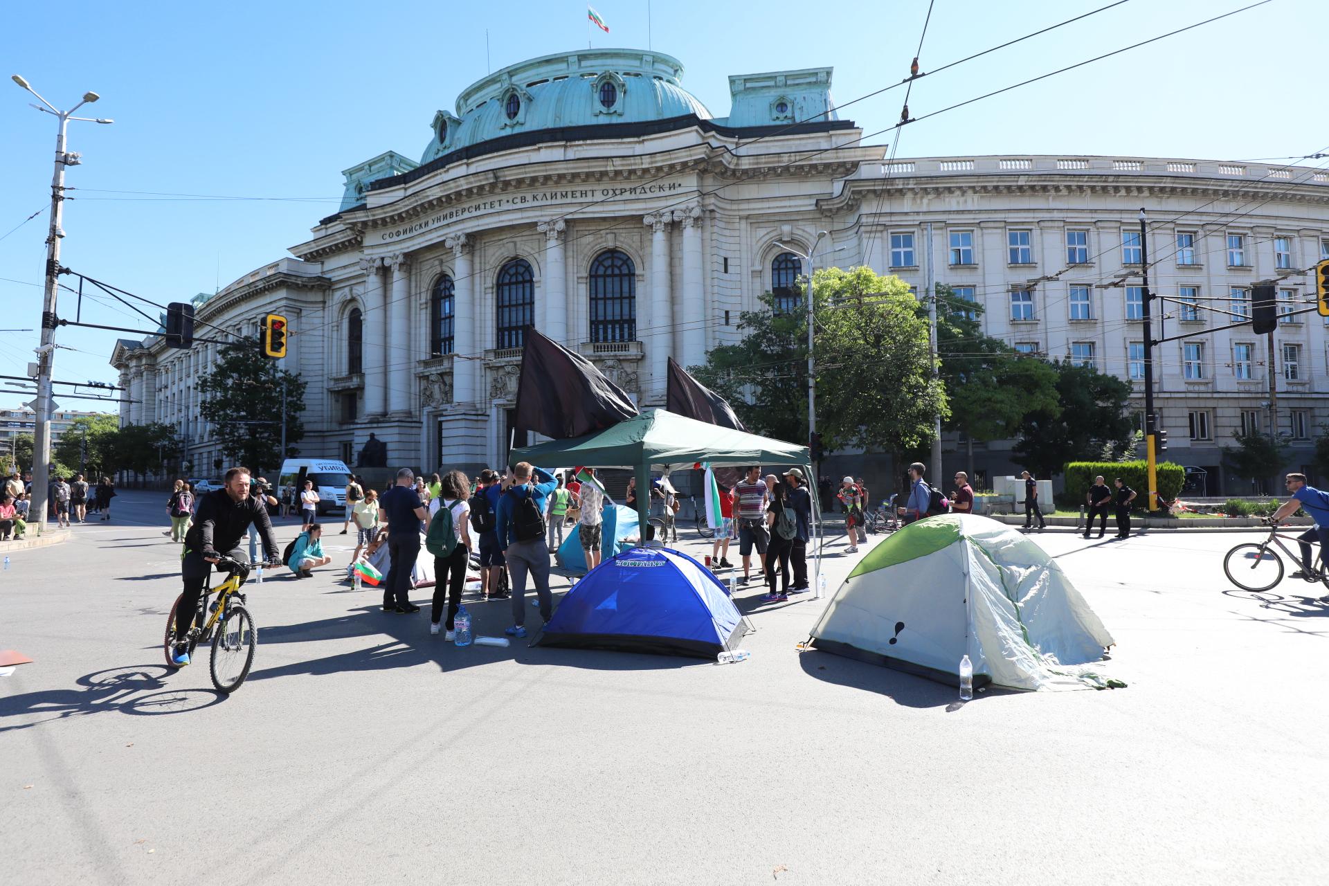 """Кръстовището пред СУ """"Климент Охридски"""" осъмна блокирано от протестиращи след като цяла нощ на него полицията държа блокиран бус, превозващ майки на деца с увреждания от движението """"Системата ни убива"""""""