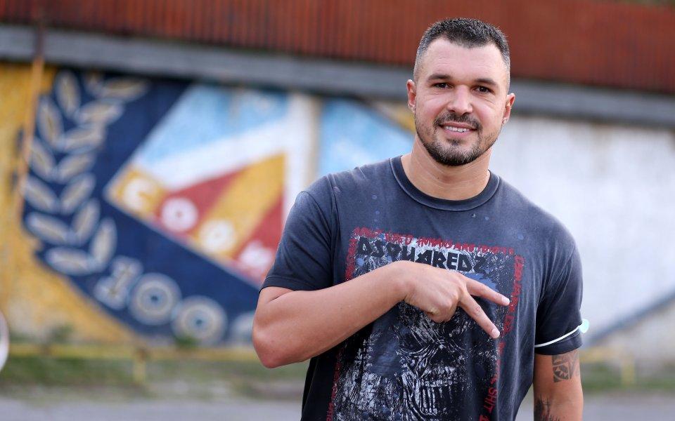 "Нападателят Валери Божинов говори пред медиите пред стадион ""Георги Аспарухов""."