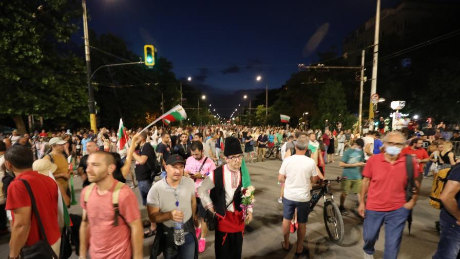 <p>29 дни протести, яйца и домати летяха по централата на НФСБ</p>