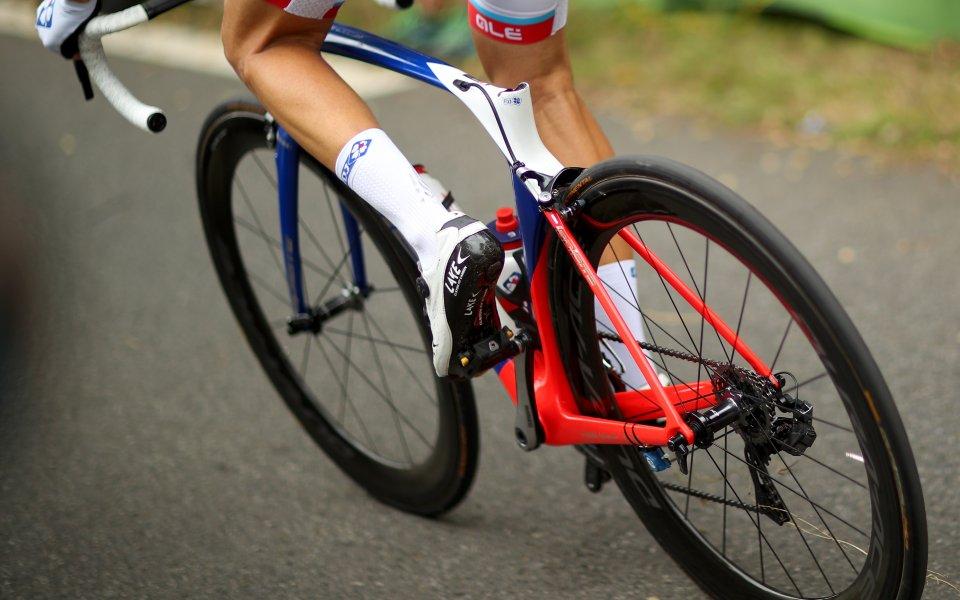 Холандският колоездач Фабио Якобсен се бори за живота и е