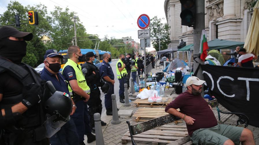 <p>Премахнаха палатковите лагери, 12 задържани в София</p>