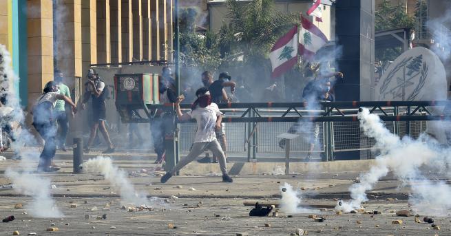 Свят Бейрут: Протести, сблъсъци и над сто ранени