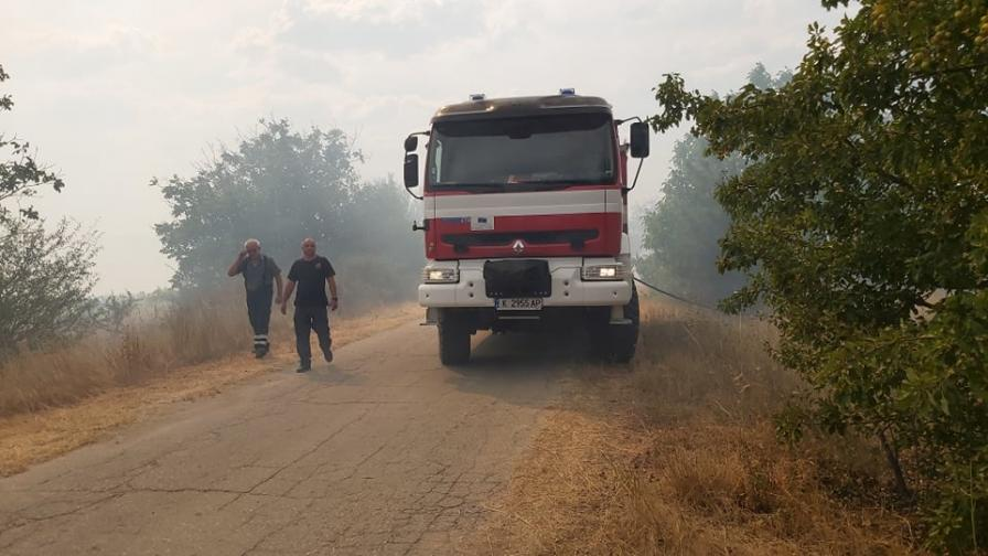 Продължават да бушуват два големи пожара в...