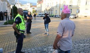 Извънредното заседание се провали, протест пред НС