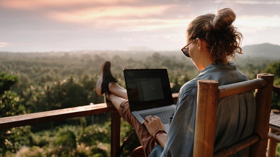 жена работа лаптоп компютър природа