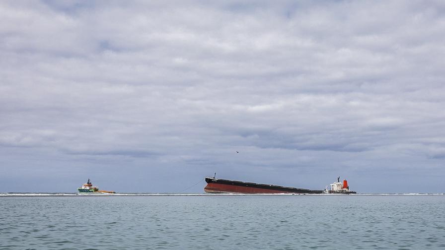 Танкерът, причинил екокатастрофата край о. Мавриций, се разцепи на две