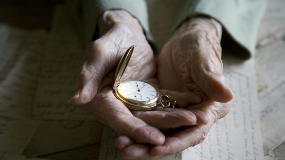 ръце часовник време тъга старост спомени живот носталгия