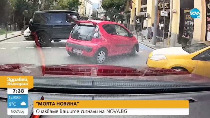 Шофьор с G класа блокира булевард, блъсна кола и си замина (Видео)