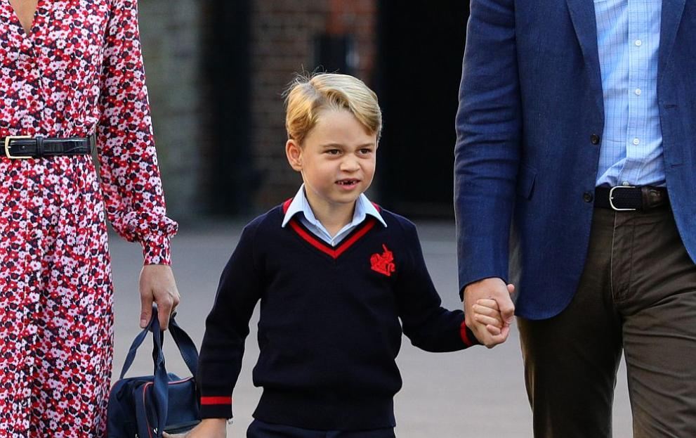 <p><strong>1. Дрес код за принц Джордж</strong></p>  <p>Дори и най-малките членове на кралското семейство трябва да се обличат според правилата. Например малкият принц Джордж трябва да носи само шорти до осемгодишна възраст. Работата е там, че дълго време панталоните се считат за атрибут на средната класа, а шортите - аристократи. Независимо от времето. Вярно е, че с появата на принц Луис на Джордж все по-често се разрешава да носи панталон.</p>