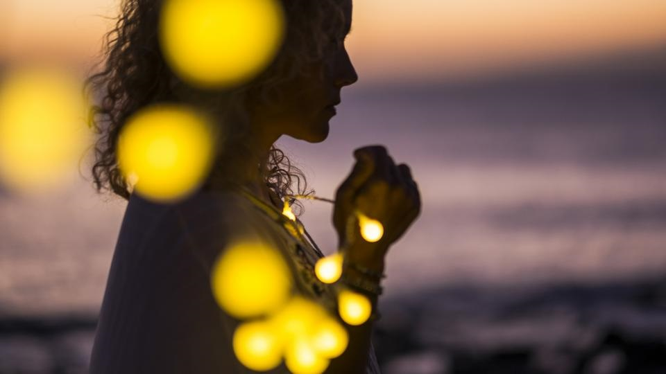 жена лампички светлини романтика залез тъга