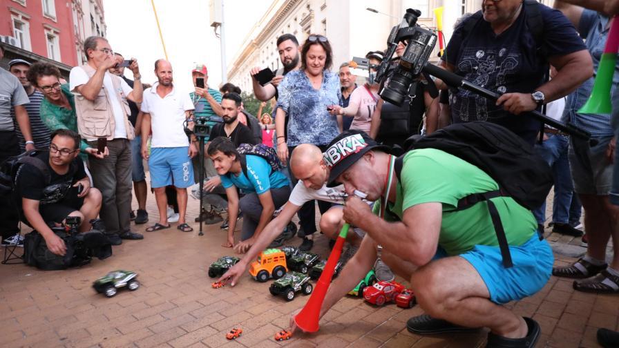 Джипове-играчки пред Министерския съвет, контрапротест иска оставката на президента