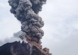 Индонезийски вулкан изригна с мощна експлозия