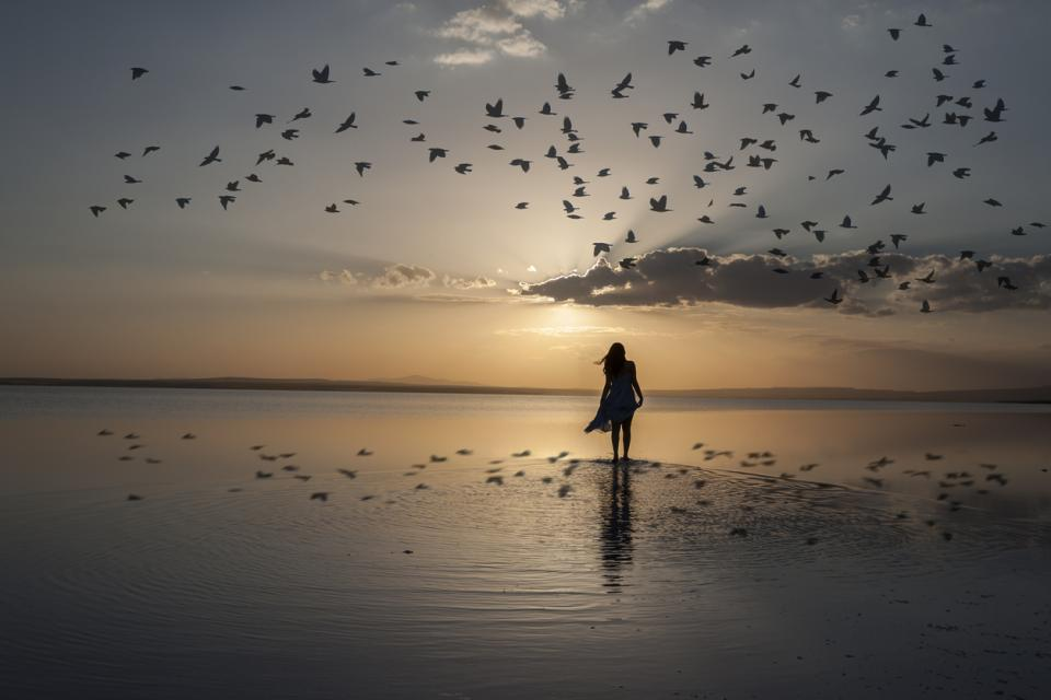 жена залез море лято тъга меланхолия плаж