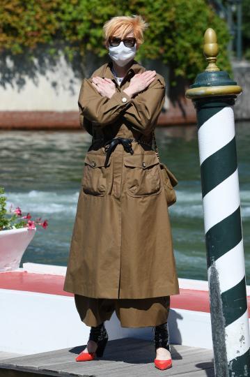 <p>Тилда Суинтън пристига във Венеция, отдавайки почит на починалия преди дни актьор Чадуик Боузман с жест от най-популярния му филм &bdquo;Черната пантера&ldquo;</p>