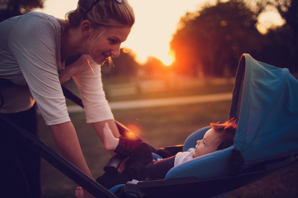 майка бебе количка залез разходка дете новородено
