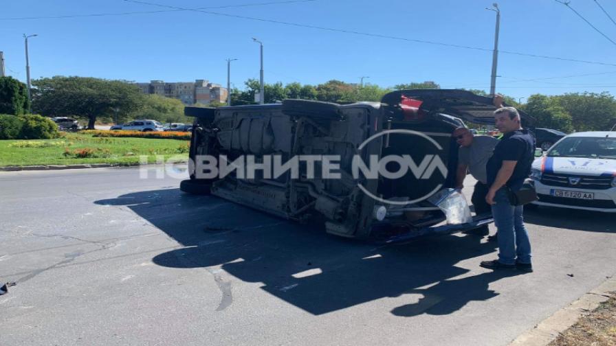 Микробус се преобърна в Пловдив, има ранен