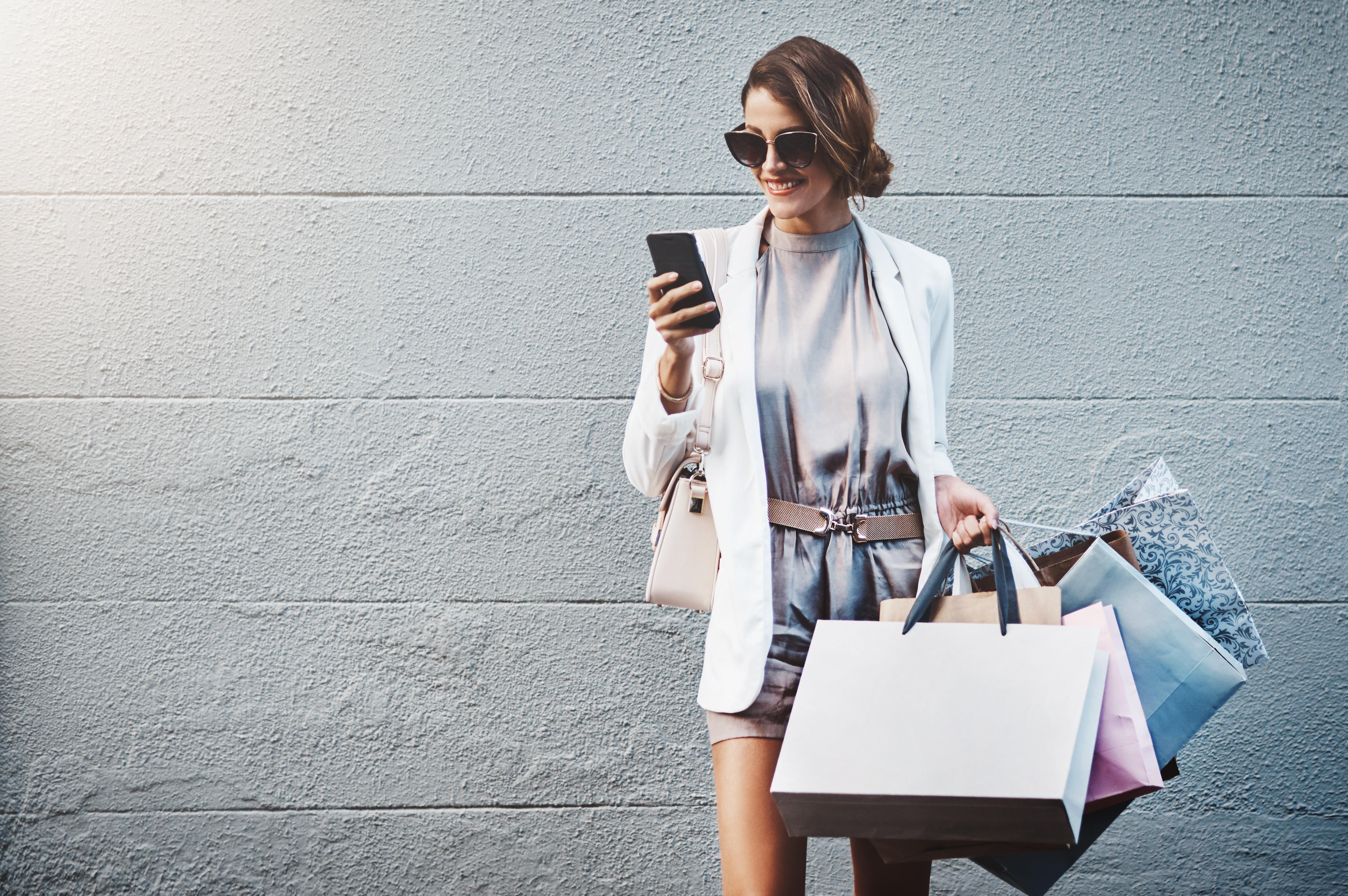 <p><strong>5. Нямаш настроение в дните, когато не пазаруваш</strong></p>  <p>Вярвате или не, за пристрастените към пазаруването ден без да си купят някоя нова дреха или обувки, може наистина да бъде тъжен. Затова тези които физически не могат да отидат до любимия си магазин и да напазаруват, пълнят кошницата си онлайн.</p>
