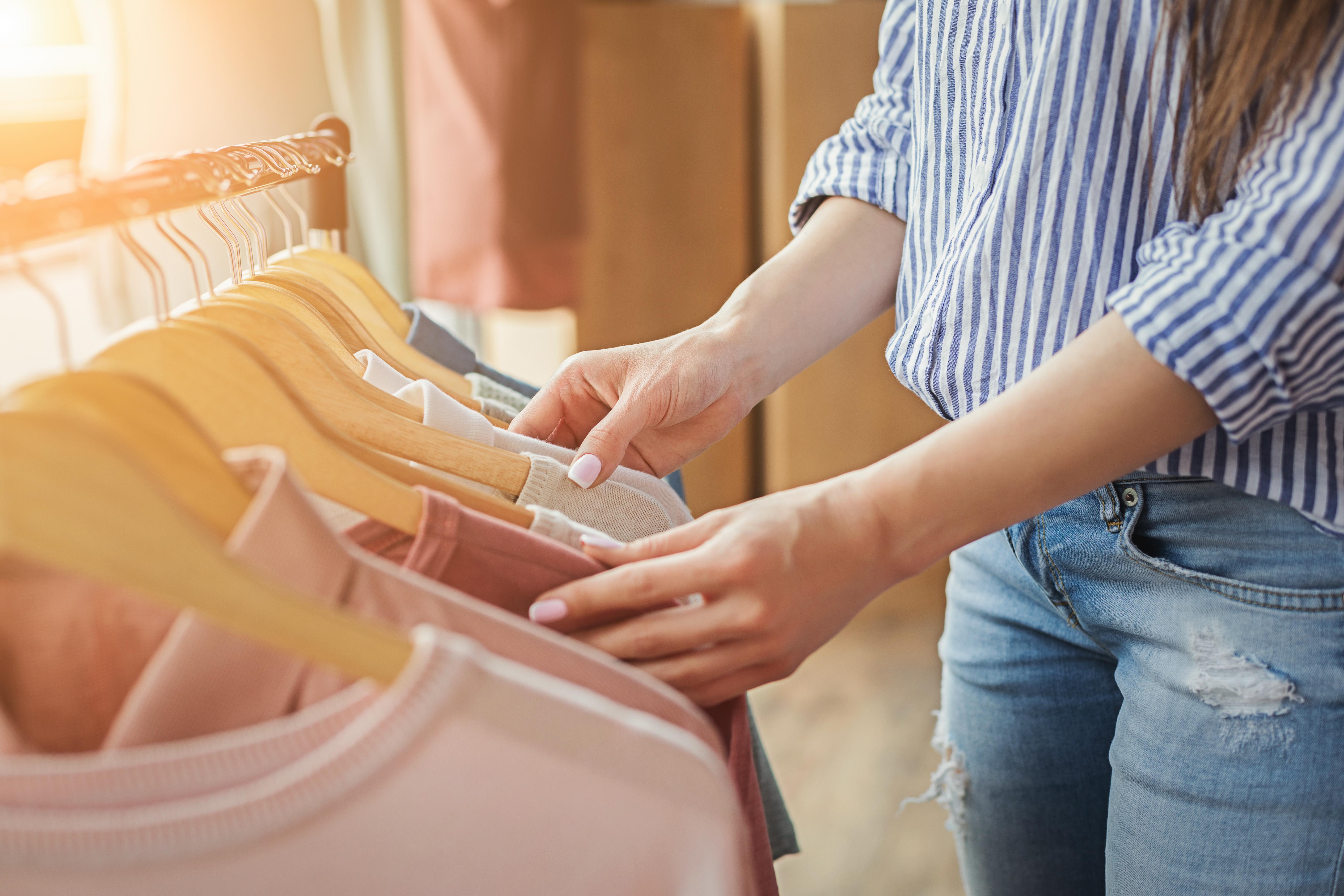 <p><strong>1. Имаш дрехи в гардероба, които са все още с етикета</strong></p>  <p>Нямаме предвид дреха, която някой ти е подарил, а ти не харесваш. Това са онези дрехи, който ти сама си купила, но си забравила изобщо, че ги имаш.</p>