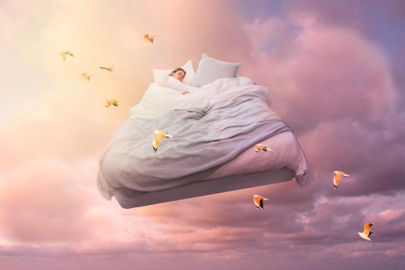 <p>Обикновено сънищата, които са сигнали от нашето подсъзнание, имат висока степен на реализъм, което ни кара да изпитваме силни емоции - подобни на тези, които бихме могли да изпитаме в подобна ситуация, ако сме били будни. <strong>Феноменът на дежавю също е неразривно свързан с пророческите сънища.</strong> Например, когато в живота се случи ситуация, която ни се струва подозрително позната, въпреки че предишният ни житейски опит предполага друго. <strong>Може би нашето подсъзнание вече се е опитало да ни изпрати сигнал за това в някой сън.</strong></p>