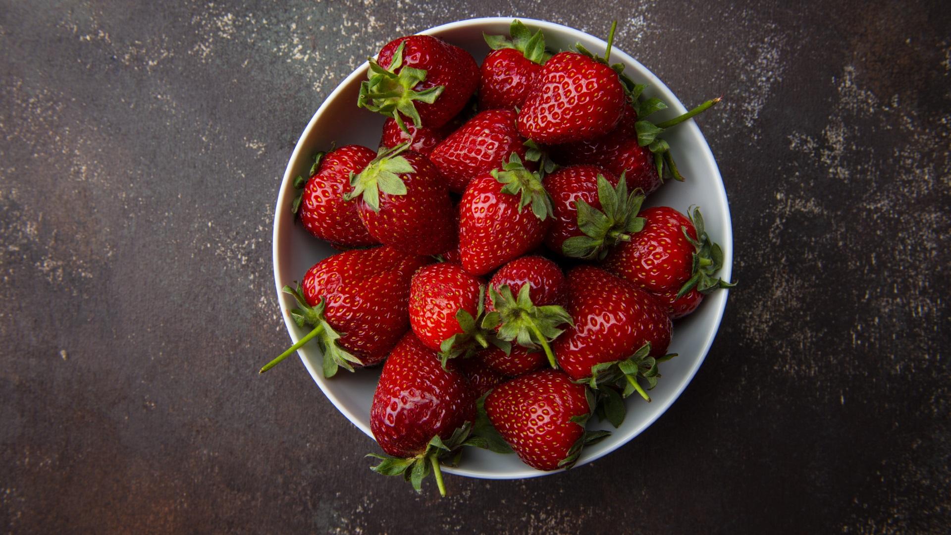 <p><strong>Ягоди</strong></p>  <p>Ягодите притежават високо съдържание на витамин С, манган, фолиева киселина и калий. В сравнение с други плодове, те имат относително нисък гликемичен индекс. Освен това са с висока антиоксидантна стойност, а консумацията им помага да се намали риска от хронично заболяване.</p>