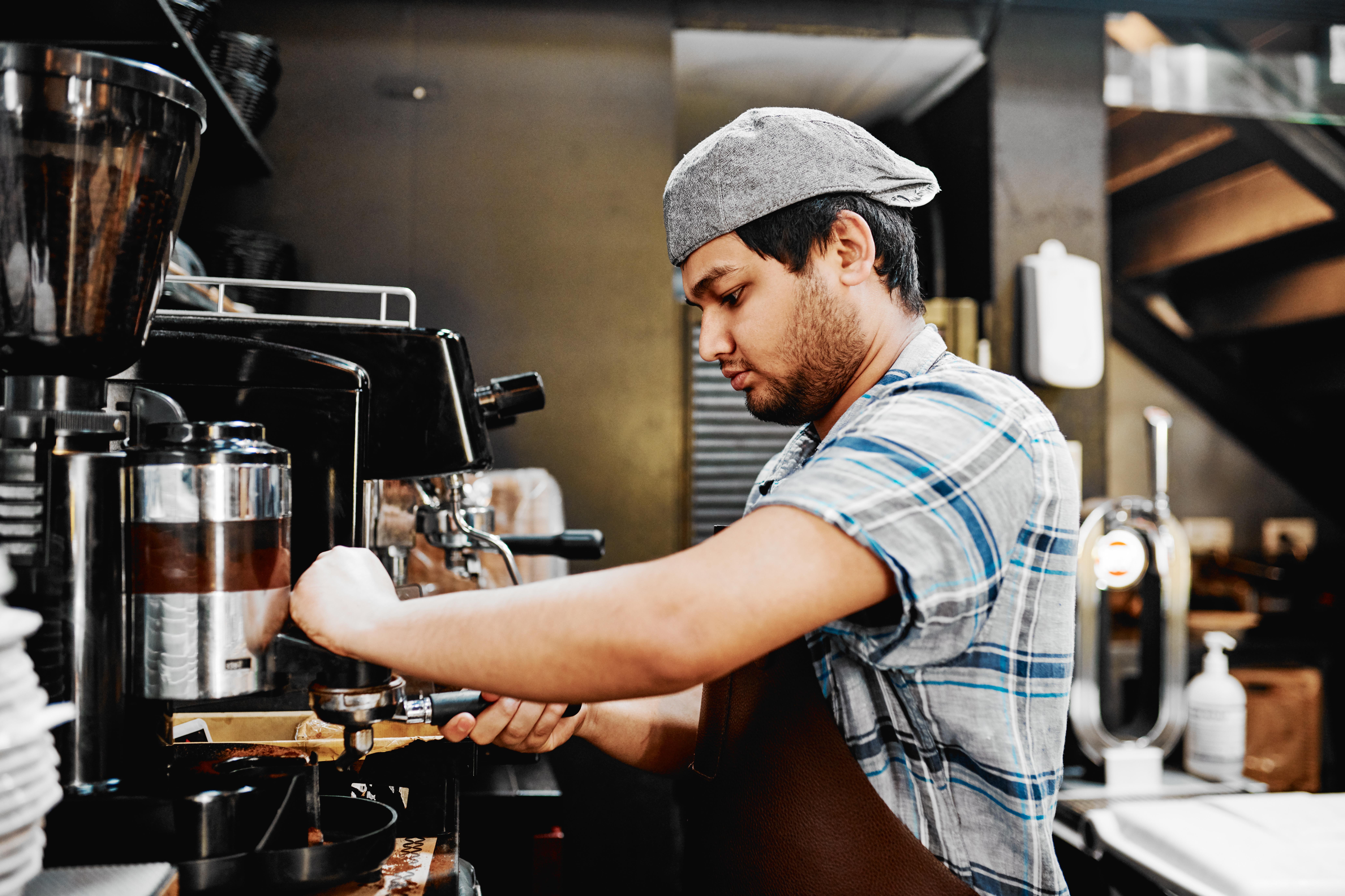 <p>9. Португалия Връзката между португалците и кафето започва още през XVIII век и сега е невъзможно да излезем по улиците на Португалия, без да видим хора, които пият тази възхитителна напитка. Ако попаднете на кафене, не се колебайте да се отбиете и да опитате топлата напитка.</p>