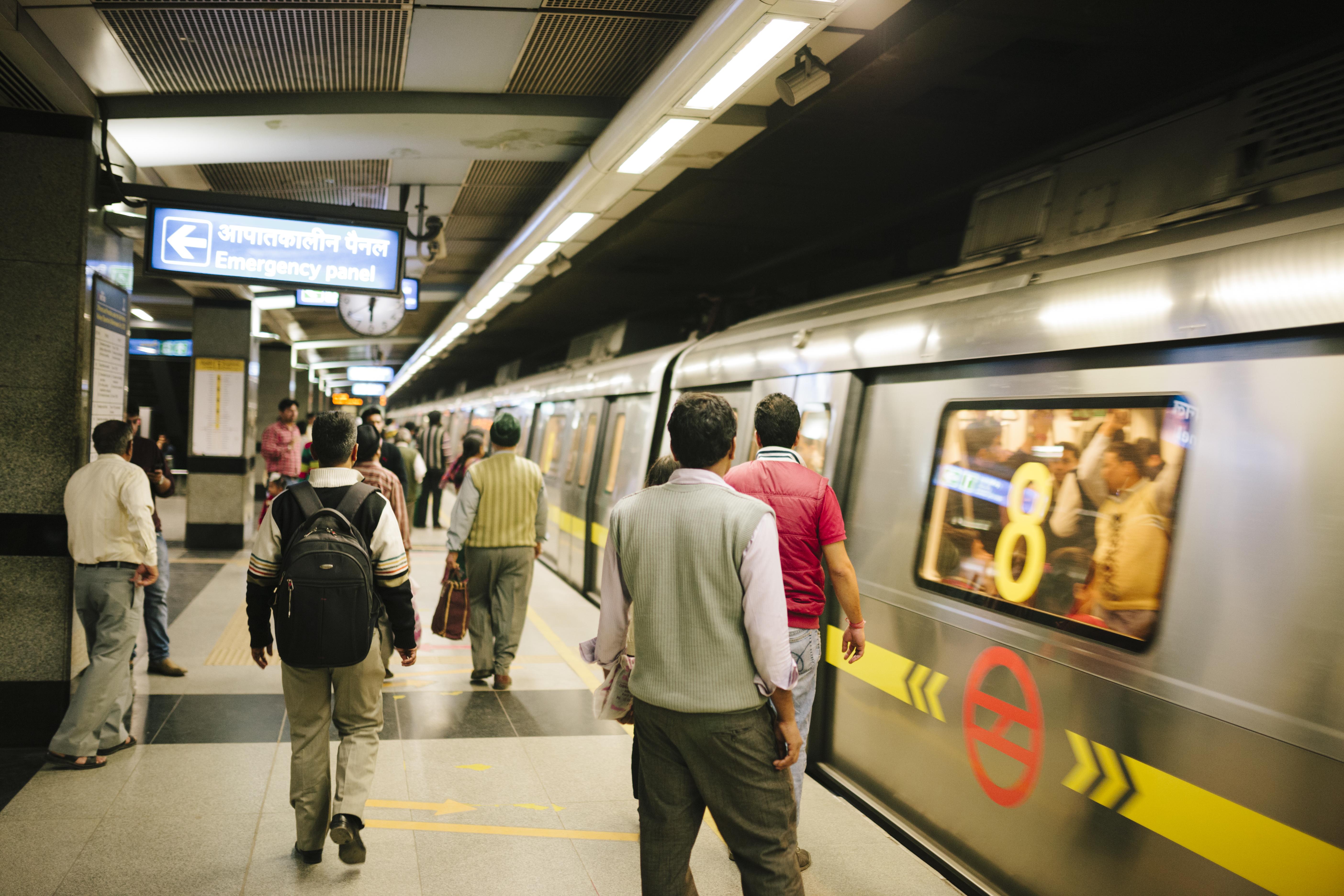 <p>6. Индия Чудесен начин за придвижване по време на пътуване е използването на обществен транспорт, тъй като можете да посетите няколко места по най-икономичния начин. В Индия минималната тарифа за закупуване на билет за метро е 10 рупии, еквивалентно на 13 цента, така че метрото е евтин начин за придвижване.</p>