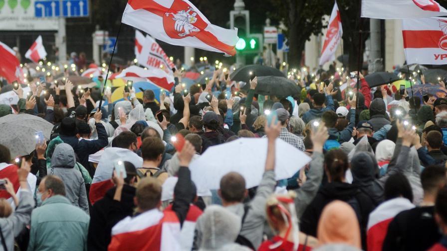 <p>Въпреки насилието: 100 000 отново на протест в Минск</p>