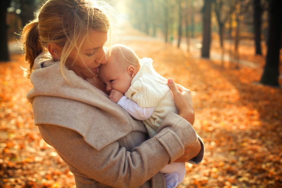 бебе майка есен дете
