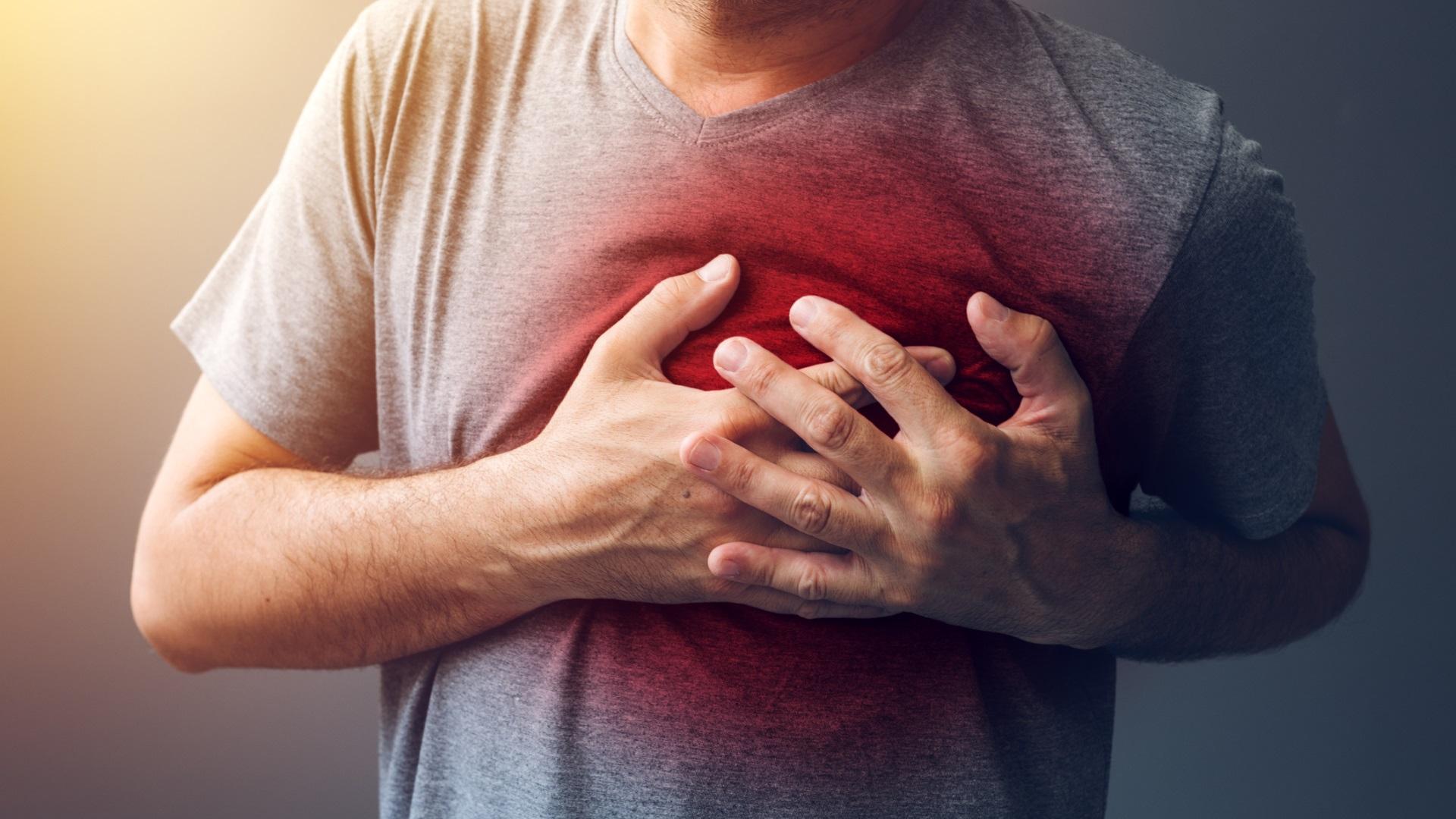 <p><strong>Може да спре сърцето ви</strong></p>  <p>Преяждането никога не е добра идея. Преяждането с калории, с високо съдържание на мазнини и тежки храни като сладолед всеки ден е особено глупаво. Едно проучване на пациенти с инфаркт в Израел установи, че хората са по-склонни да получат инфаркт или друго сериозно сърдечносъдово заболяване в часовете след преяждане с подобен тип храни.</p>