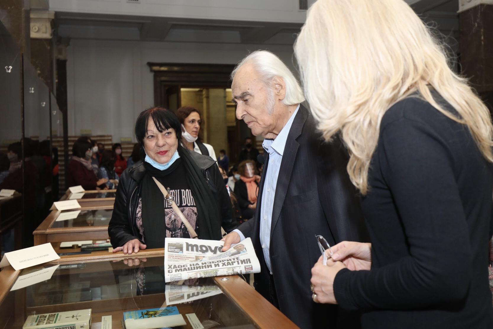 <p>Вицепрезидентът Илияна Йотова откри в Националната библиотека изложба, посветена на 90-ия юбилей на Антон Дончев. Акценти в експозицията са първото издание на &quot;Време разделно&quot; от 1964 г., ръкописът на романа и негови преводи.</p>