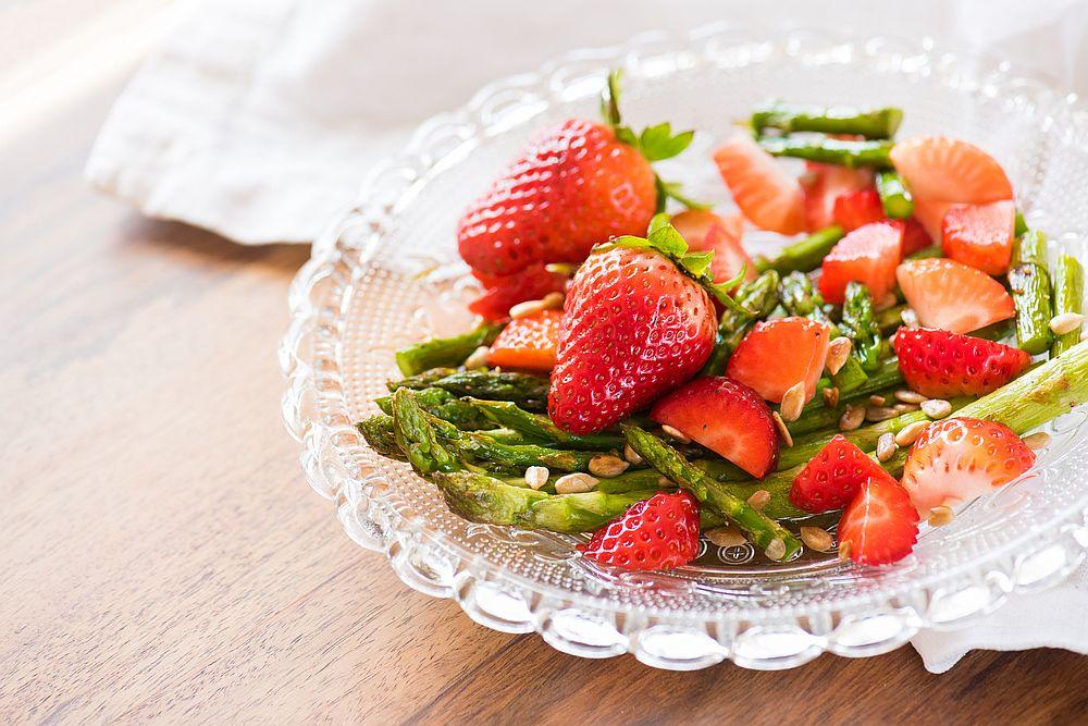 <p>Ягоди - Мощен източник на витамин С, който участва в производството на колаген в тялото.</p>