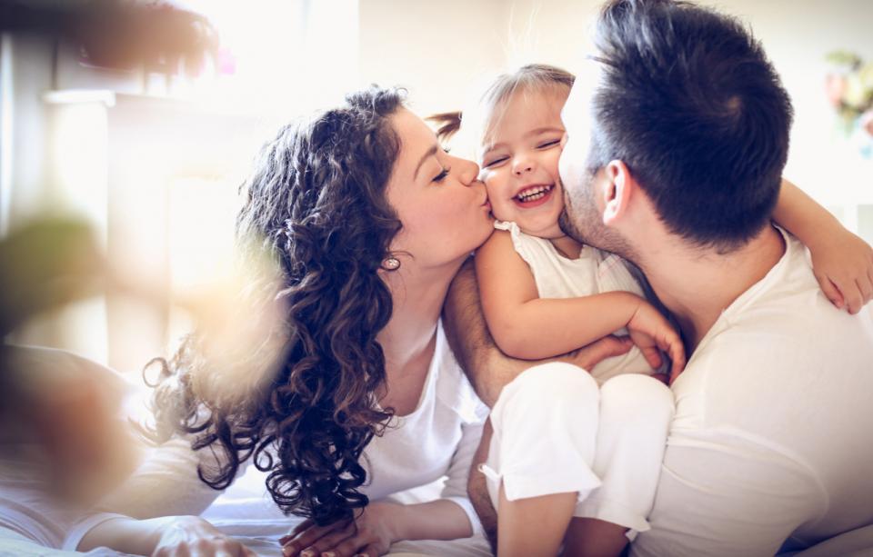 майка бебе целувка родители