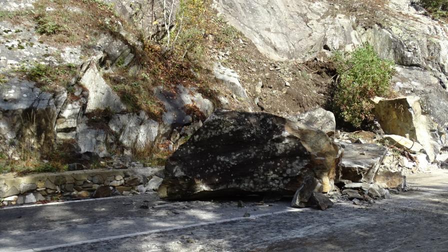 <p>Огромни скали паднаха на пътя за Рилския манастир</p>