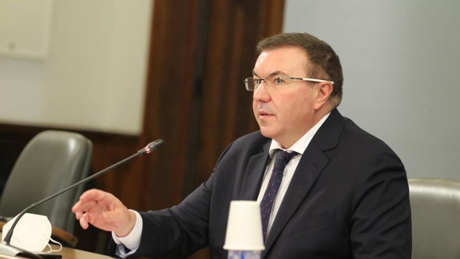 <p>Ангелов: Няма да затягаме мерките, засилваме контрола навсякъде</p>